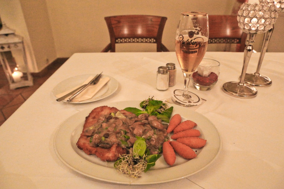 Pork schnitzel with mushroom sauce, Hotel Graf von Mansfeld, Eisleben, Sachsen-Anhalt, Saxony-Anhalt, Deutschland, Germany, fotoeins.com