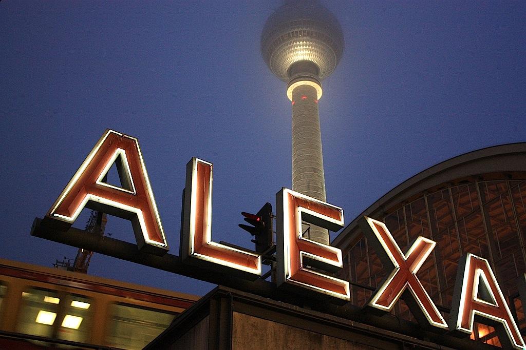 Fotoeins Friday: ALEXA at night in Berlin