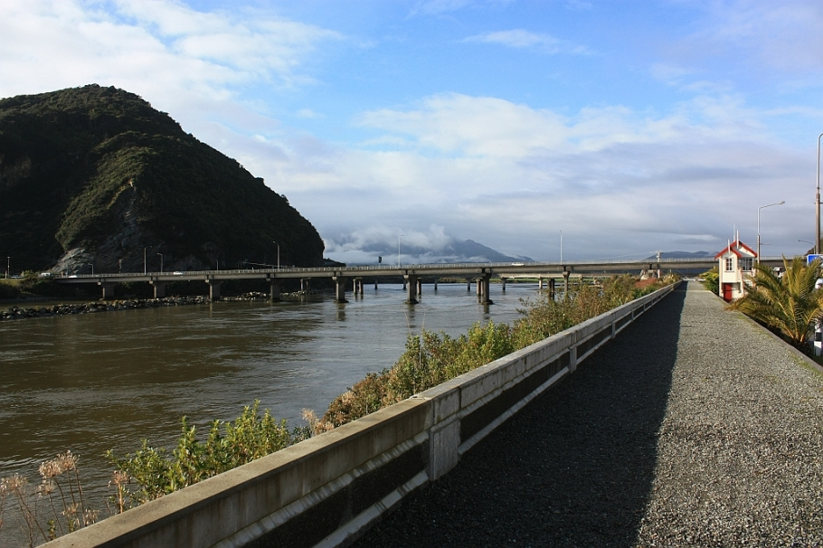 Grey River (Mawheranui), Greymouth: from TranzAlpine train from Christchurch to Greymouth, fotoeins.com