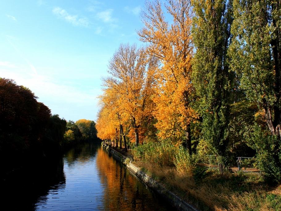 Landwehrkanal Kreuzberg Berlin autumn fotoeins.com