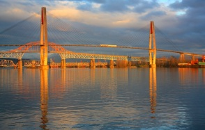 Translink Skybridge, Pattullo Bridge, Fraser River Swing Bridge : New Westminster Pier Park, New Westminster, BC, Canada