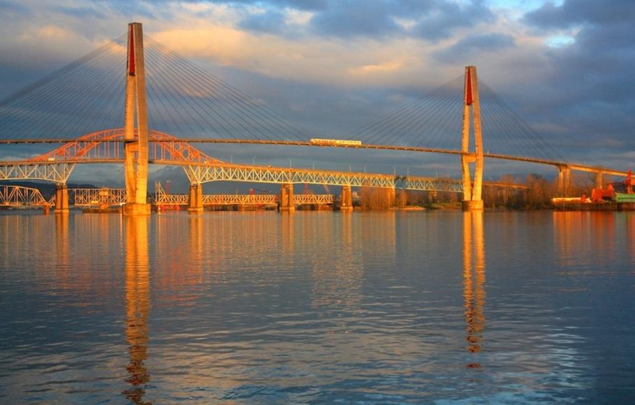 Translink Skybridge, Pattullo Bridge, Fraser River Swing Bridge : New Westminster Pier Park, New Westminster, BC, Canada
