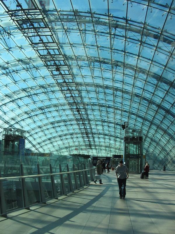 Bahnhofshalle Fernbahnhof, Flughafen Frankfurt : by Martinroell (Wikipedia)
