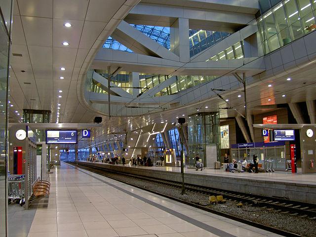 Wartehalle Fernbahnhof, Flughafen Frankfurt am Main : by Heidas (Wikipedia)