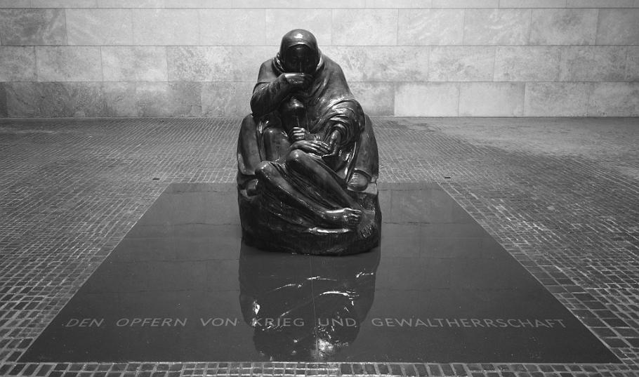 Mutter mit totem Sohn, Käthe Kollwitz, Neue Wache, Mitte, Berlin, Germany, fotoeins.com