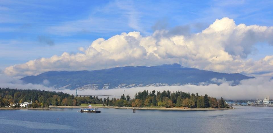 Marine fog streaming into Burrard Inlet, Vancouver, Canada, fotoeins.com