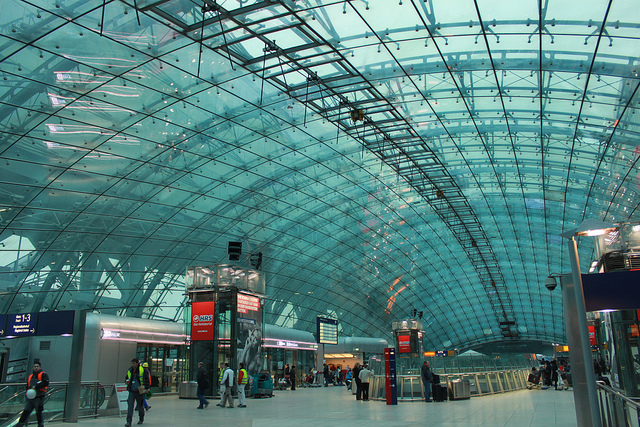 Frankfurt am Main Flughafen Fernbahnhof, Airport long-distance train station, by zug55, CC BY-NC-SA 2.0