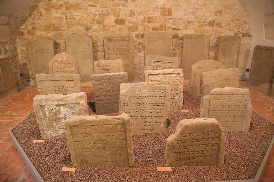Grabsteine, Judenkirchhof, Judaica, Reichsstadtmuseum, Altstadt, Rothenburg ob der Tauber, Germany, fotoeins.com
