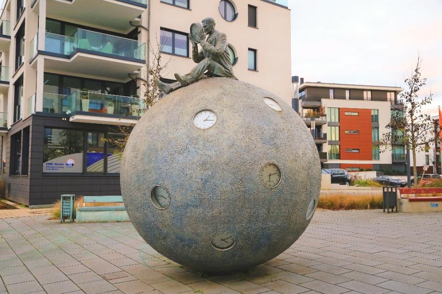 Lebenszeit, Zeitzaehler, Gloria Friedmann, Platz am Elbbahnhof, Magdeburg, Sachsen-Anhalt, Germany, fotoeins.com