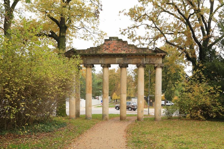Roman ruins, Seven columns, Römische Ruine, Sieben Säulen, Georgium, Dessau, Dessau-Rosslau, Saxony-Anhalt, Sachsen-Anhalt, Germany, UNESCO, World Heritage, fotoeins.com