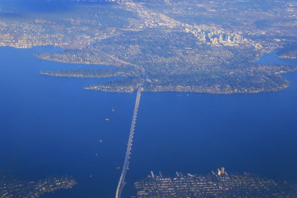 Evergreen Point Floating Bridge, Alaska Airlines, AS2314, SEA-YVR, SEA, YVR, Lake Washington, Medina, Bellevue, highway 520, Seattle, Washington, USA, fotoeins.com