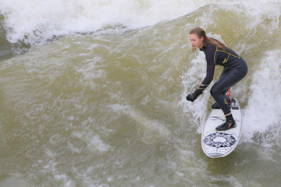Eisbachwelle, urban surfing, river surfing, winter surfing, Englischer Garten, Altstadt-Lehel, Munich, Muenchen, Bavaria, Bayern, Upper Bavaria, Oberbayern, Deutschland, Germany, fotoeins.com