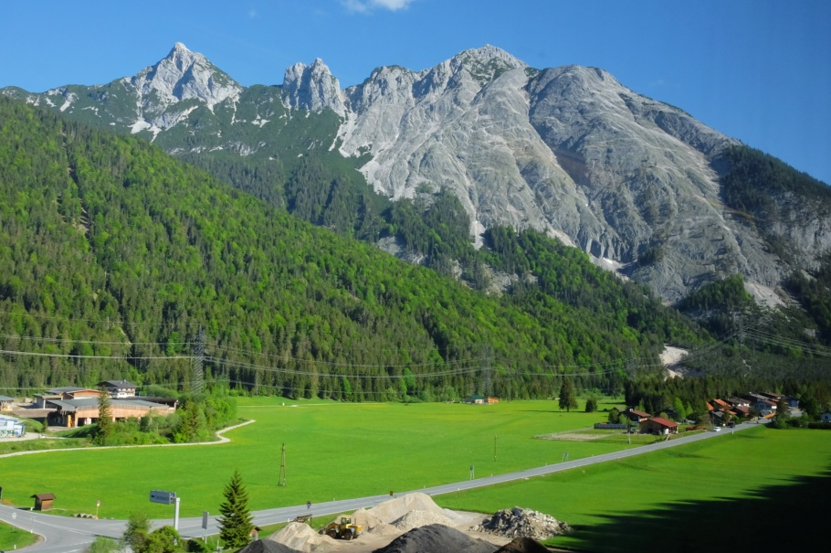 Train to Scharnitz, Giessenbach, Grosse Arnspitze, Arnspitze Group, Wettersteingebirge, Scharnitz, Tirol, Tyrol, Austria, Oesterreich, fotoeins.com