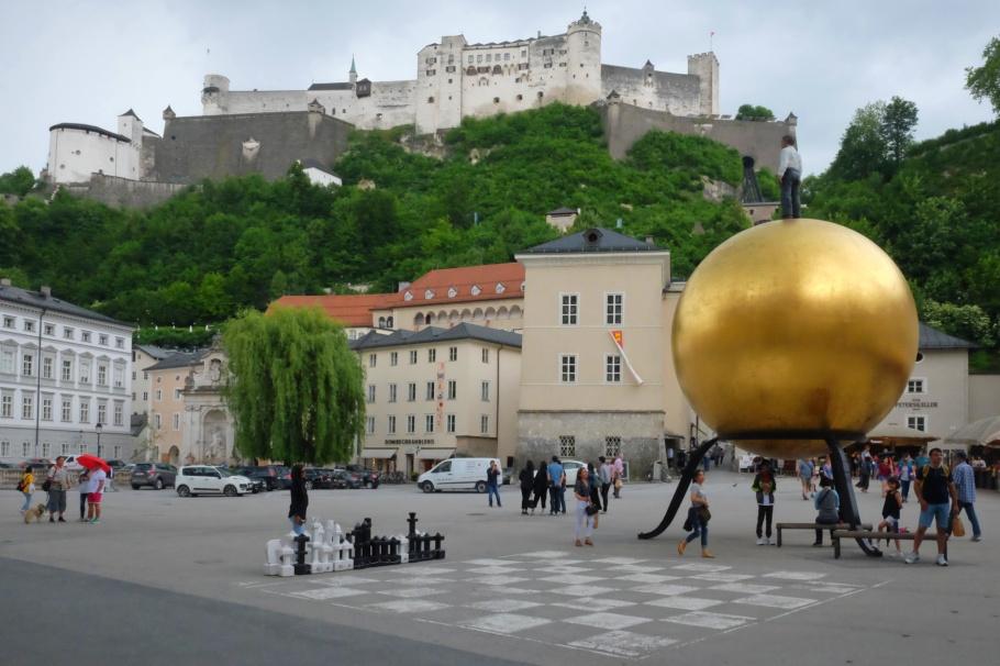 Stephan Balkenhol, Sphaera, Walk of Modern Art, street art, Kapitelplatz, Salzburg, Austria, Oesterreich, fotoeins.com