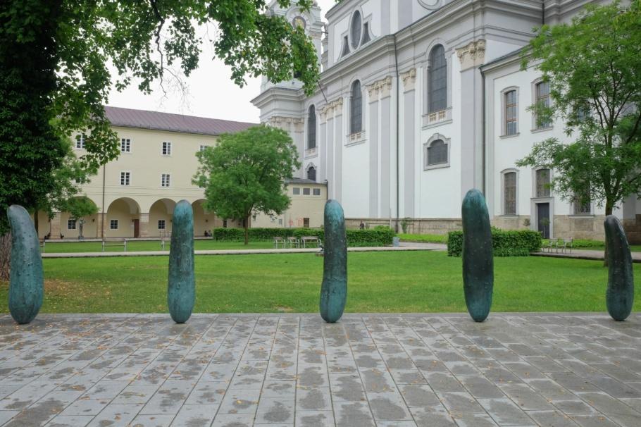 Erwin Wurm, Gurken, Walk of Modern Art, street art, Furtwänglerpark, Salzburg, Austria, Oesterreich, fotoeins.com