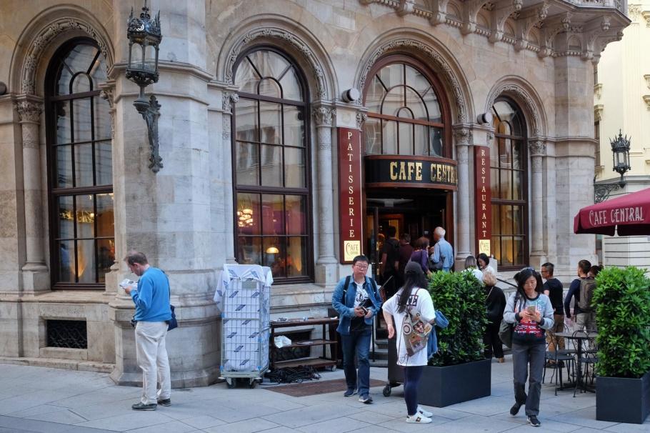 tourist queue, tourists, Cafe Central, Wien, Vienna, Austria, Oesterreich, fotoeins.com