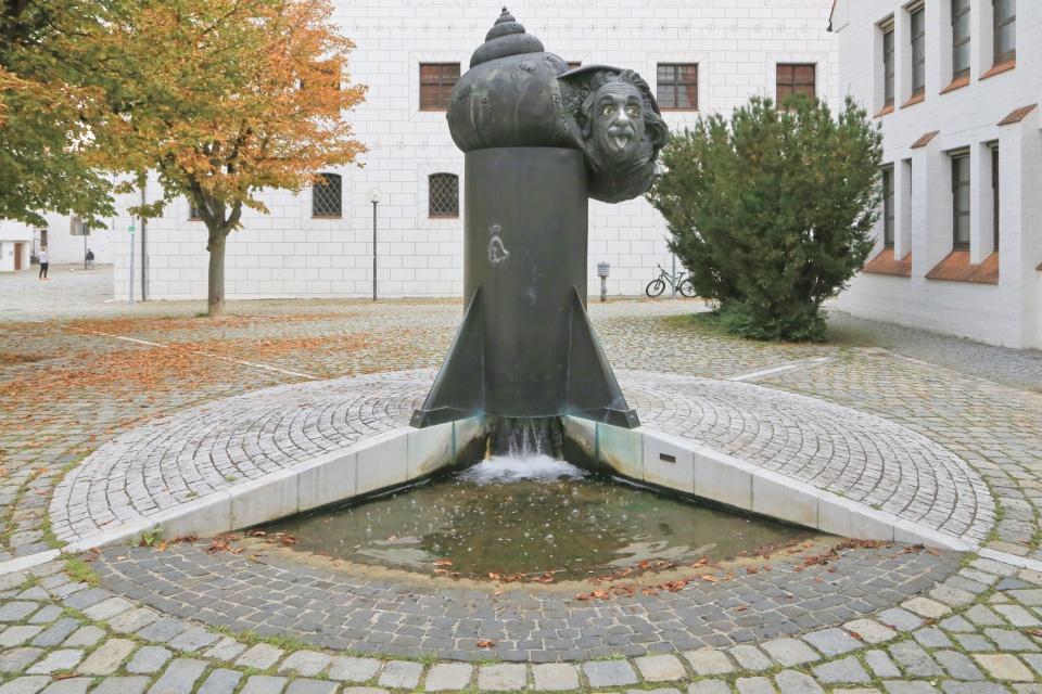 Einsteinbrunnen, Einstein fountain, Jürgen Goertz, Albert Einstein, Amtsgericht Ulm, Ulm, Baden-Württenberg, Germany, Deutschland, fotoeins.com