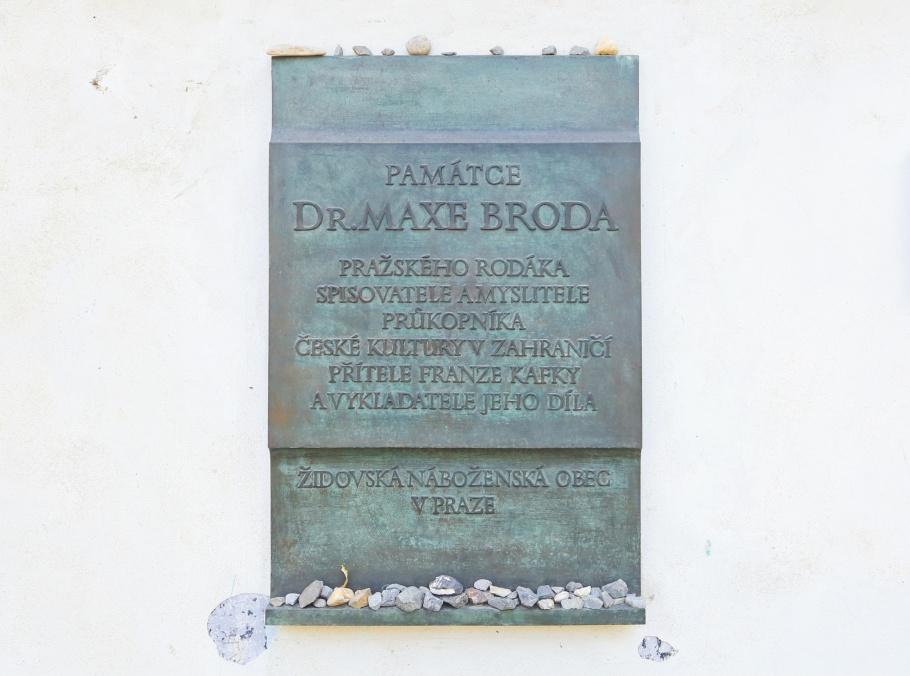Pamětní deska Maxe Broda, Memorial plaque Max Brod, Max Brod, Nový židovský hřbitov, New Jewish Cemetery, Olšany Cemetery, Olšanské hřbitovy, Prague, Prag, Praha, Czech Republic, fotoeins.com