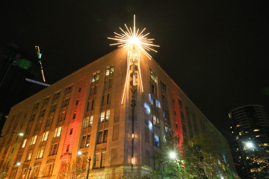 Macy's, Bon Marche building, The Bon, Thanksgiving, holiday star, Seattle, Washington, USA, fotoeins.com