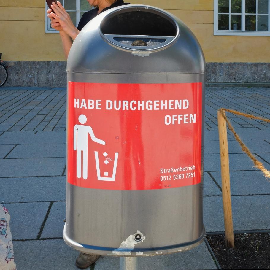Strassenbetrieb, Müllkübel, Müllsprüche, Mistkübel, Abfallkörbe, Abfalleimer, Innsbruck, Tirol, Tyrol, Austria, Oesterreich, fotoeins.com