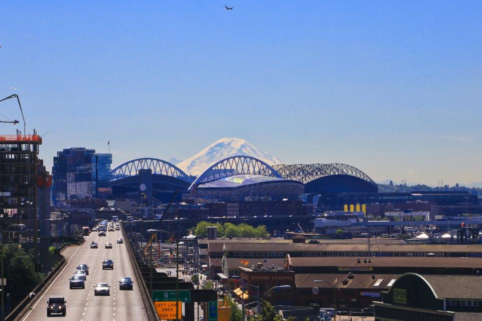 Mount Rainier, Century Link Field, Safeco Field, Alaskan Way Viaduct, Victor Steinbrueck Park, Pike Place Market, Seattle, WA, USA, fotoeins.com